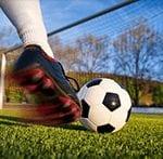 Spieler schießt Ball ins Tor