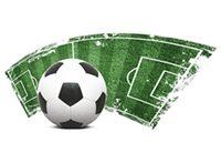 Ein Fußball und ein Fußballfeld
