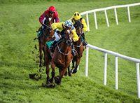 Drei Jockeys bei einem Pferderennen