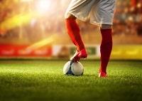 Fußballspieler mit Trikot in Rot & Weiß