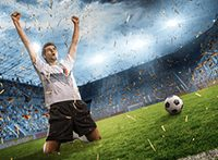 Dieses Bild zeigt einen jubelnden Fußballspieler und einen Fußball