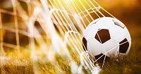 Ein Fußball im Tornetz