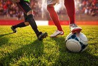 Fußballspieler kämpfen um einen Ball
