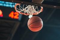 Basketball, der durch den Korb fliegt