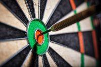 Ein Dartpfeil im Bullseye