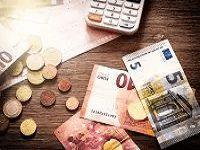 Geldmünzen und Taschenrechner