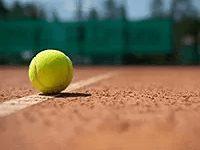 Tennisball auf Sandplatz