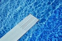 Schwimmbecken mit Sprungbrett